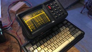 Ein alter Rechner mit eingebautem Display