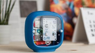 Ein blaues Gehäuse mit Elektronik im Inneren.
